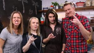 Sonja Kailassaari, Jesper Welroos, André Linman och Mårten Svartström poserar i ett kök