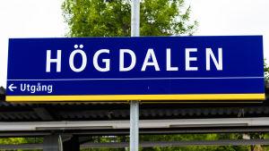 Skylt med texten Högdalen