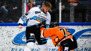 Antti Tyrväinen och Petteri Nikkilä slåss under Pelicans-HPK.