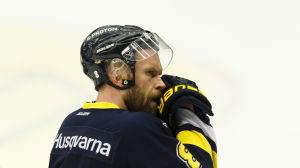 Jere Karalahti deppar efter den fjärde kvartsfinalförlusten mot Skellefteå, i vad som blev backens sista match för HV71.
