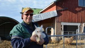 Jan-Erik Karlsson med ed lamm i famnen.
