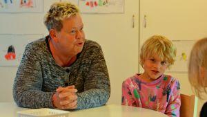Raul Carusi, 6 år, sitter vid ett bord tillsammans med barnträdgårdslärare Valborg Vilhjalmsdottir på Solbacka daghem i Karis,