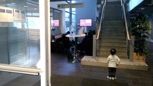 Liten flicka söker asyl med sin familj på Vasa polisstation