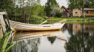 En roddbåt fast i bryggan i Esse å.
