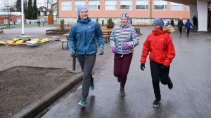 sjätteklassarna  Fanny von Schantz Emma Lindqvist och  Ella Backman springer på skolgården