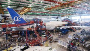 Ett Boeing 787-flygplan byggs i Boeings fabrik i North Charleston, South Carolina.