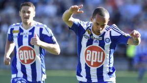 Nikolai Alho jublar efter mål.