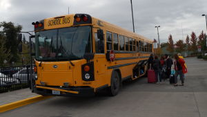 En gul typisk amerikansk skolbuss.