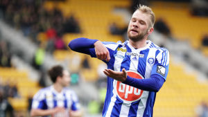 HJK:s Klauss firar mål.