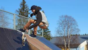 Benjamin Blom testar den nya skateparken i Kokon i Borgå.