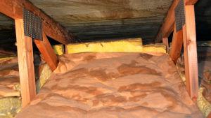 Yläpohjaan on syntynyt kosteusläiskiä ja hometta.