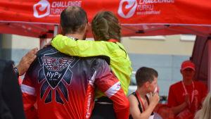 Ung triathlet i sin fars famn.