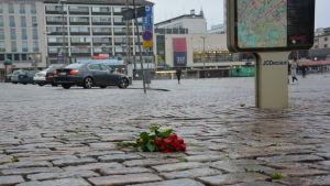Bukett med rosor på Salutorget i Åbo
