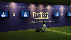 En besökare tittar på skärmar på mässan Electronic Entertainment Expo i Los Angeles i juni 2014.