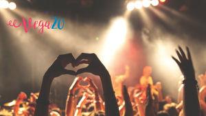 Händer uppsträckta som hjärtan på en konsert.