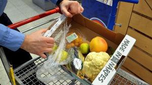 låda med billiga frukter och grönsaker.