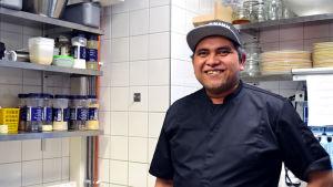 Kocken Richard Agbada i restaurangköket.
