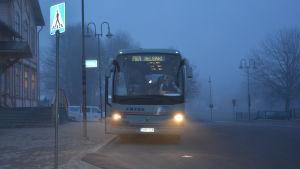 Buss mot Helsingofrs vid resecentret i Ekenäs.