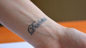 Maria Johansson har tatuerat ordet diabetes på handleden.