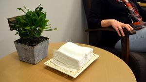 Näsdukar och blomma på ett bord