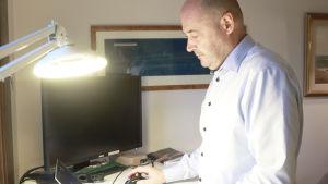 En man skriver på sin dator.