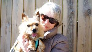 Yvonne Nykopp håller i sin hund.