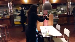 Bloggaren Céline Simon fotograferar sin mat i Åbo saluhall.