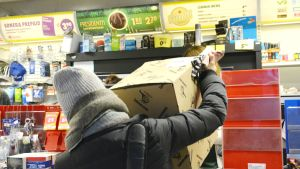 Ett paket blir avhämtad på R-kiosken i Ekenäs.