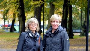 Två kvinnor i en parkmiljö.