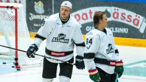Patrik Laine och Mikael Granlund på isen.