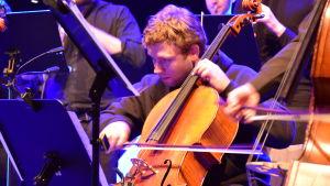 Lukas Stasevskij spelar cello.