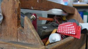 gammaldags verktygsback med verktyg i