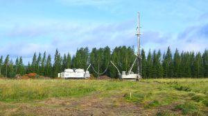 Maskiner som stabiliserar marken på platsen där Borgås nya centralkök ska byggas.