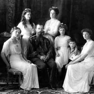 Tsarfamiljen 1913. Fr.v. Olga, Maria, Nikolaj II, Aleksandra, Anastasija, Aleksej och Tatjana.