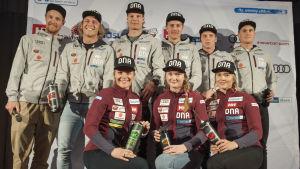 Det findländska laget på en gruppbild inför världscupen i Levi.