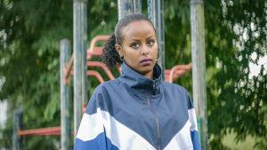 Promobild för tv-serie. Porträtt på Cherrie i en park.