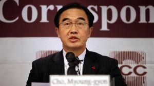 Cho Myoung-gyon talar under ett möte.