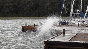 Våg sveper in över gästhamn