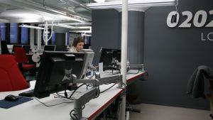 Fonectan asiakaspalvelija vastaa puheluun 020202 -palvelussa.