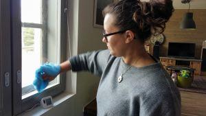 Sofia Grynngärds tvättar fönster med några droppar ättika och tallsåpa i ljummet vatten.