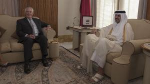USA:s utrikesminister Rex Tillerson i ett möte med emiren av Qatar, sheikh Tamim Bin Hamad al-Thani i Doha den 13 juli.