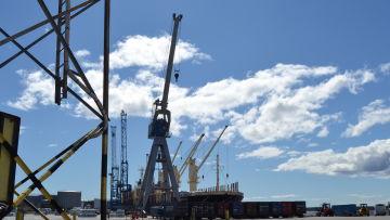 Fraktfartyg lastas i Umeå hamn.