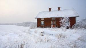 Rött hus på landet, vinter.