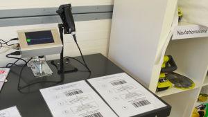 Scanner och streckoder på ett bord.