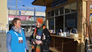 Samlingspartiets Jaana Koskenniemi och kristdemokraternas riitta hellqvist för kampanj i Borgå centrum