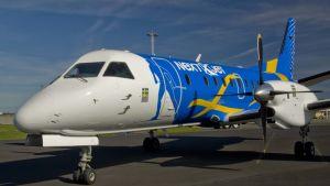 Nextjets flygplan som står i still på marken.