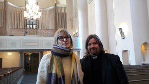 Nora Repo och Kari Kanala i Pauluskyrkan i Helsingfors.