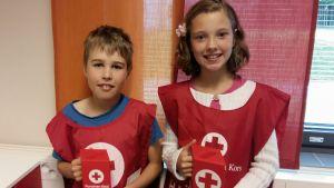 Fjärdeklassisterna Isak Willberg och Frida Svarvars deltar i Hungerdagsinsamlingen.