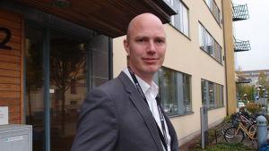Martin Burman är utredare vid Läkemedelsverket i Sverige, som förbjöd företaget Ion Silver att marknadsföra silvervatten med påståenden om att det botar sjukdomar.