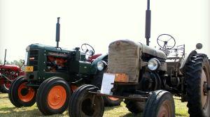 Nyrenoverade och mer slitna traktorer fanns med.